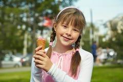 Маленькая девочка с мороженным Стоковые Изображения RF