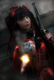 Маленькая девочка с оружи, платье периода Производить стоковая фотография rf
