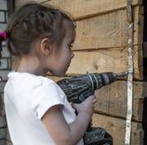 Маленькая девочка с отверткой в руках стоковая фотография