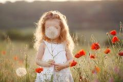 Маленькая девочка с одуванчиком на луге лета Стоковые Фото