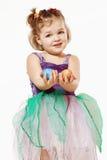 Маленькая девочка с пасхальными яйцами в руках Стоковые Фотографии RF