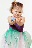 Маленькая девочка с пасхальными яйцами в руках Стоковое Изображение RF