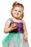 Маленькая девочка с пасхальными яйцами в руках Стоковая Фотография RF