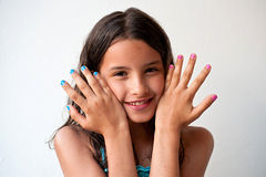 Маленькая девочка с покрашенными ногтями стоковые фотографии rf