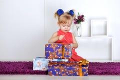 Маленькая девочка с подарками Стоковая Фотография