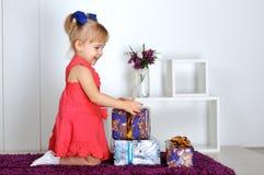 Маленькая девочка с подарками Стоковое фото RF