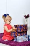 Маленькая девочка с подарками Стоковое Изображение RF