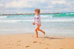 Маленькая девочка с пригорошнями песка Стоковая Фотография RF