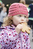 Маленькая девочка с пряником Стоковая Фотография