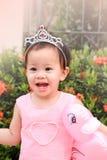 Маленькая девочка с розовой куклой утки в руке и платье и diade пинка Стоковое Изображение RF