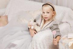 Маленькая девочка с розовым леденцом на палочке Стоковое Изображение