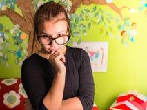 Маленькая девочка с рукой на подбородке Стоковые Изображения
