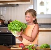 Маленькая девочка с свежим салатом Здоровая еда - Vegetable салат Диета вокруг номеров измерения дисплея принципиальной схемы смы Стоковое Изображение RF