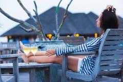 Маленькая девочка с стеклом белого вина на вечере стоковое фото rf