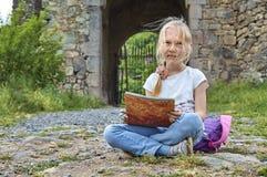 Маленькая девочка с стороной запятнала при краска рисуя outdoors Стоковые Изображения