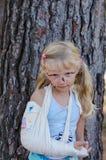 Маленькая девочка с сломленной рукой стоковые изображения