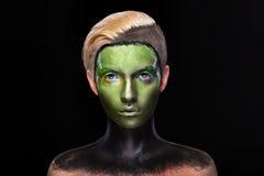 Маленькая девочка с творческим зеленым и черным составом Стоковые Изображения RF