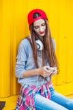 Маленькая девочка слушает к музыке в белых наушниках Стоковые Фотографии RF