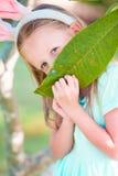 Маленькая девочка с ушами зайчика на каникулах пасхи Стоковые Изображения RF