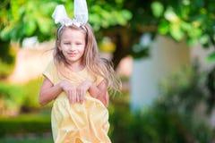Маленькая девочка с ушами зайчика на празднике пасхи Стоковое Изображение