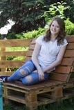 Маленькая девочка с улыбкой на стенде стоковая фотография rf