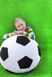 Маленькая девочка с футбольным мячом стоковое фото rf