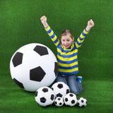 Маленькая девочка с футбольным мячом стоковая фотография