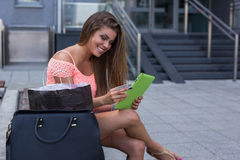 Маленькая девочка с ходить по магазинам кредитной карточки и таблетки онлайн Стоковая Фотография RF