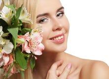 Маленькая девочка с цветками в ее волосах Стоковая Фотография