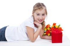 Маленькая девочка с цветками и подарочной коробкой стоковое изображение rf