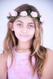 Маленькая девочка с цветками на голове Стоковое Изображение