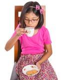 Маленькая девочка с чаем и печеньем II Стоковое фото RF