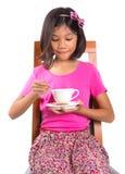 Маленькая девочка с чаем и печеньем v стоковое изображение rf