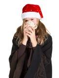 Маленькая девочка с черной накидкой и красная зима покрывают держать чашку Стоковая Фотография RF