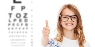 Маленькая девочка с черными eyeglasses Стоковое Изображение