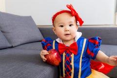 Маленькая девочка с яблоком стоковая фотография rf