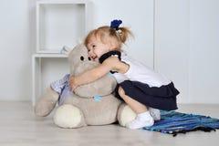Маленькая девочка с hippopotam Стоковые Изображения
