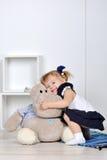 Маленькая девочка с hippopotam Стоковое Изображение RF