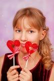 Маленькая девочка с 2 lollipops формы сердца Стоковые Фото