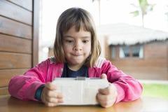 Маленькая девочка с smartphone Стоковое Изображение RF