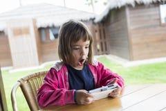 Маленькая девочка с smartphone Стоковые Изображения RF