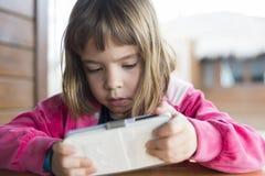 Маленькая девочка с smartphone Стоковая Фотография RF