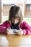 Маленькая девочка с smartphone Стоковые Фотографии RF
