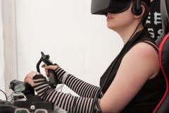 Маленькая девочка с VR - стекла играют игру на ПК на Animefest стоковая фотография rf