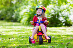Маленькая девочка трицикл Стоковые Фотографии RF
