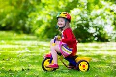 Маленькая девочка трицикл Стоковое Изображение RF