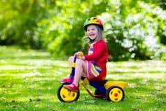 Маленькая девочка трицикл Стоковое Фото
