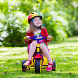 Маленькая девочка трицикл Стоковое Изображение