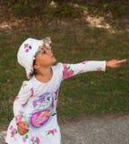 Маленькая девочка указывает на что-то Стоковое Изображение