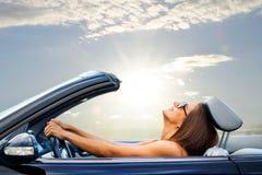 Маленькая девочка управляя автомобилем с откидным верхом стоковые изображения rf